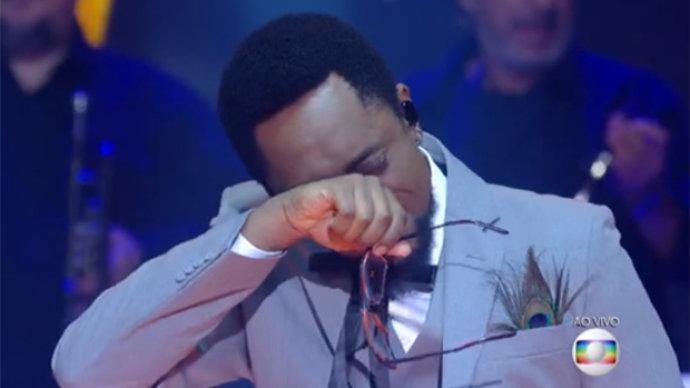 cantor chora ao revelar os bastidores